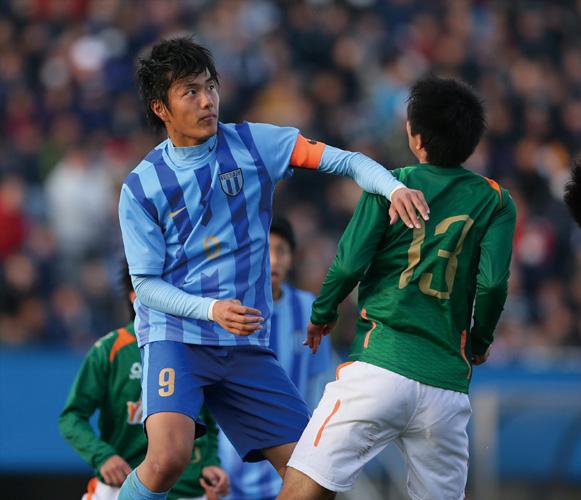 選手権の前回大会でエースとして出場した小川航基は、青森山田戦でPKを外し涙をのんだ