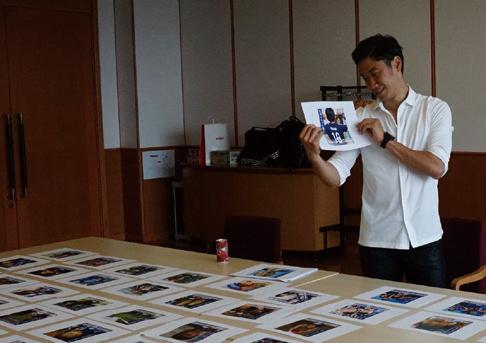 500枚近い全力応援の写真を眺める香川真司