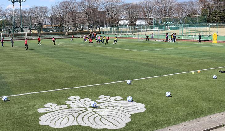 人工芝グラウンドの第一サッカー場で汗を流す。