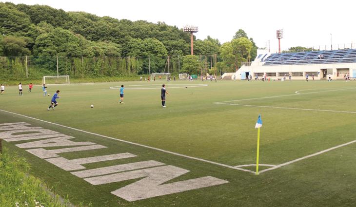 横浜・健志台キャンパスの人工芝サッカー練習場。高台のスタンドが併設された充実の環境だ。