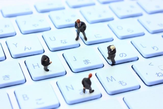 悩む人達とキーボード