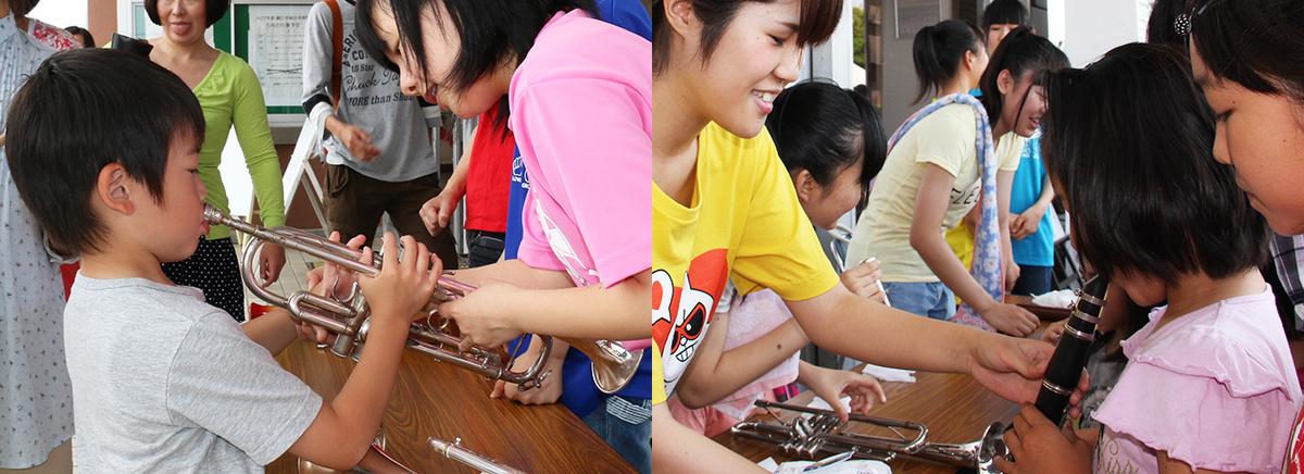 キャプション:鯖江の子どもたちは、こうして小さいうちから楽器に出会っていきます
