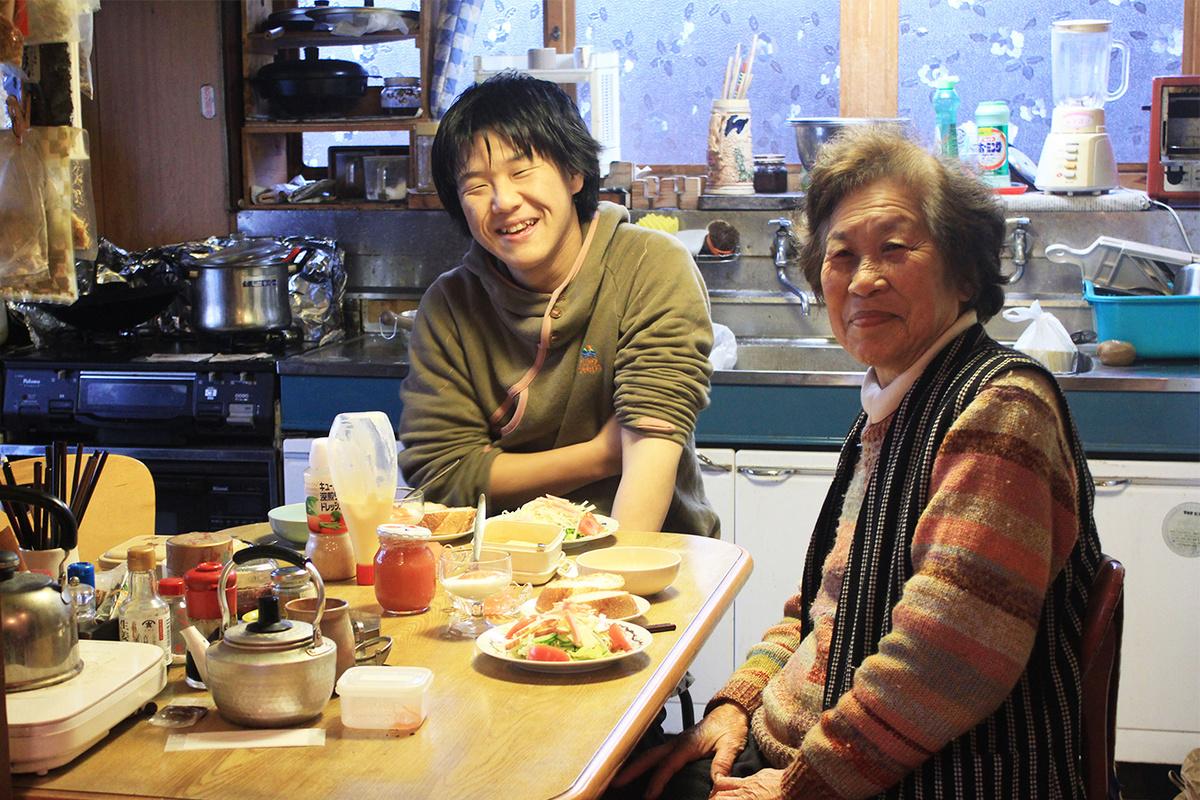 卒業後河和田に移住してきた若者と、それを温かく受け入れるおばあちゃん。いい関係が広がっています