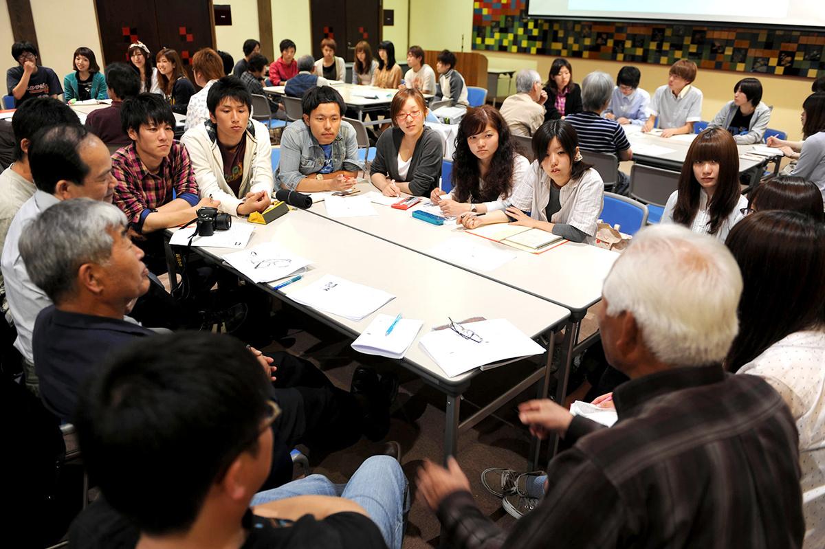 県外からの学生と地元住民が一緒になって話し合います。ここから、様々なアイデア、新しいつながりが生まれます