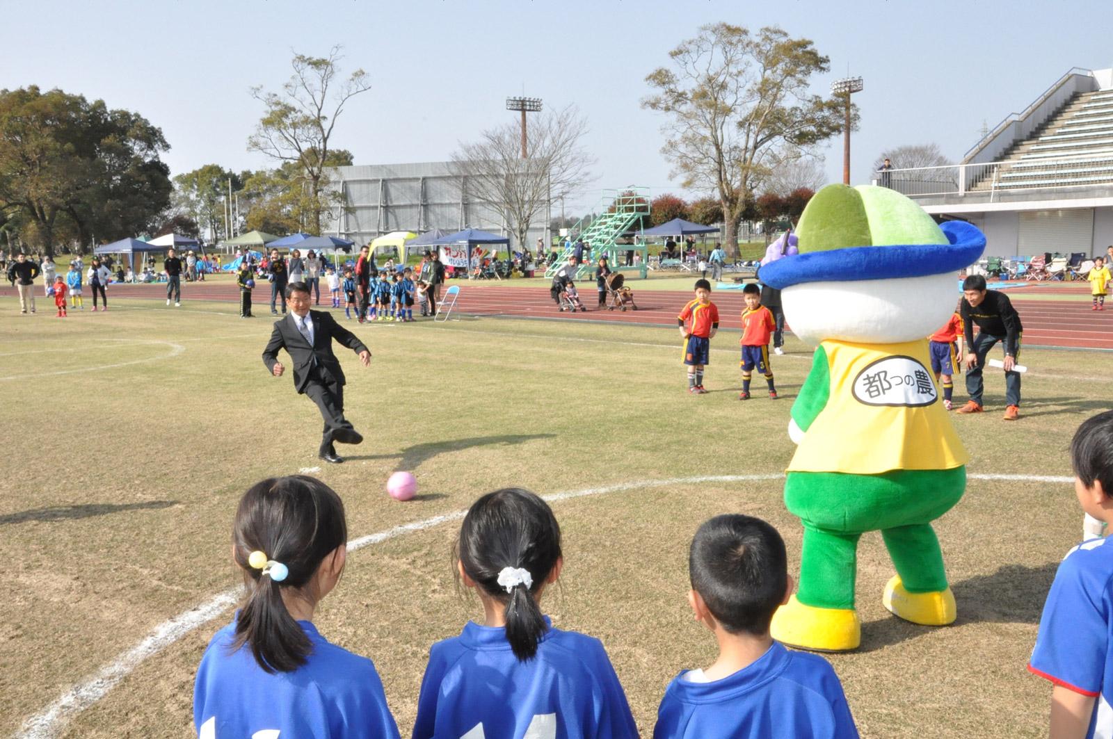 蹴-1GPでボールを蹴る河野正和町長。「最初は応援をしていましたが、今では町を一緒に元気にしていくパートナーです」