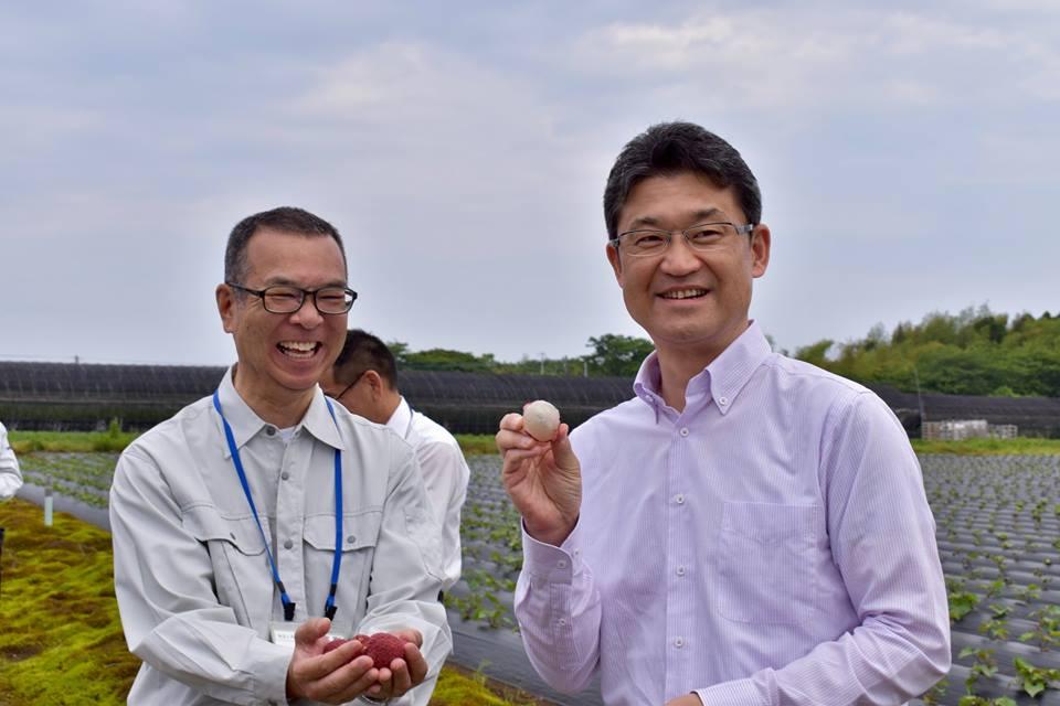 ▲土屋良文町長(左)とライチ視察に訪れた河野俊嗣知事(右)