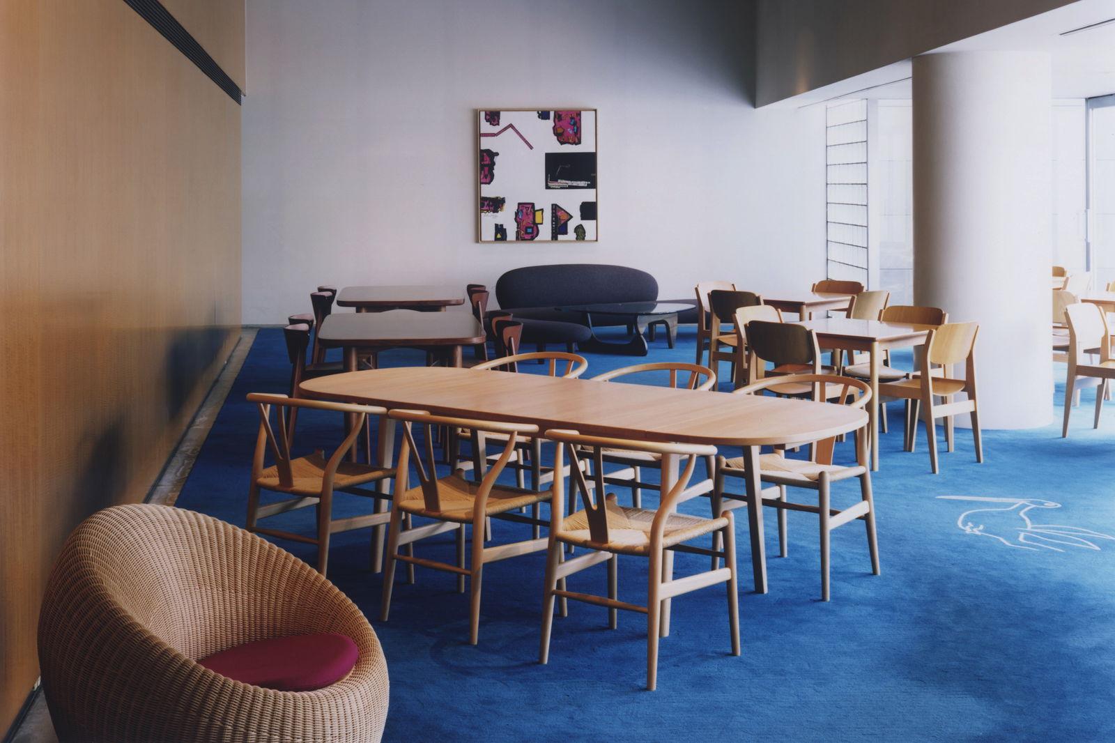 展示室の他に、カフェや美術図書館、造形スタジオ、広々としたロビー、ミュージアムホールが併設され、開放的な空間の中で思い思いに時間を過ごせます(撮影:藤田一浩)