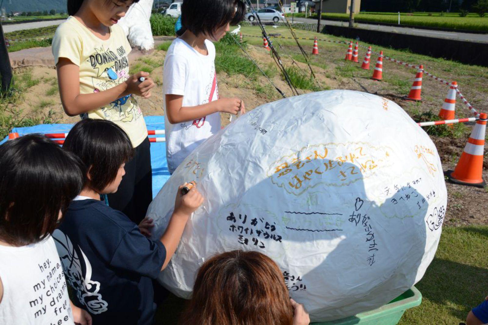 恐竜の卵にありがとうのメッセージを書き込む(写真提供: 勝山市)