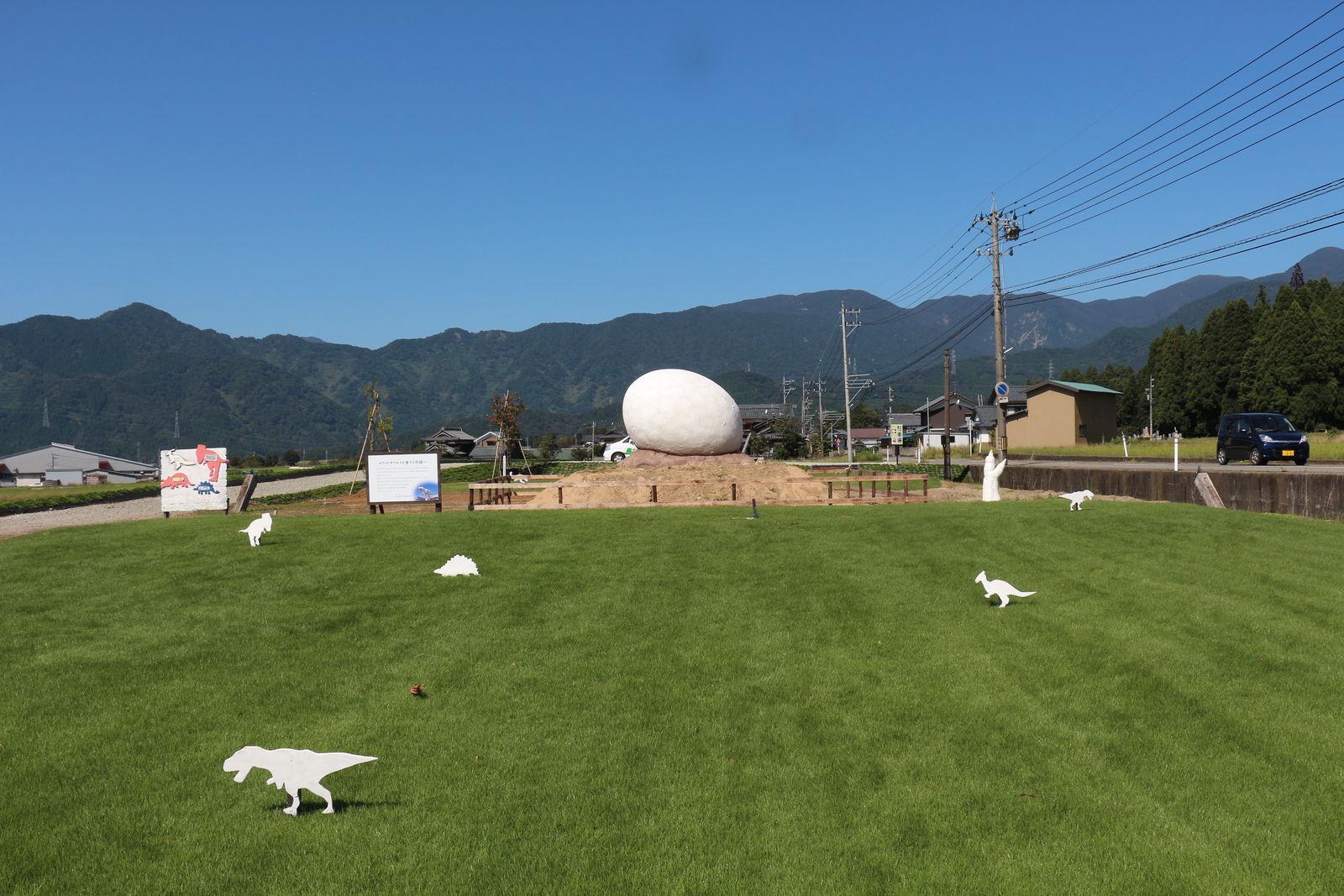 元々は今井さんの趣味でミニ恐竜を置いていた芝生広場。ちょっとした遊び心が発展して、まちの魅力・名所につながっていきました