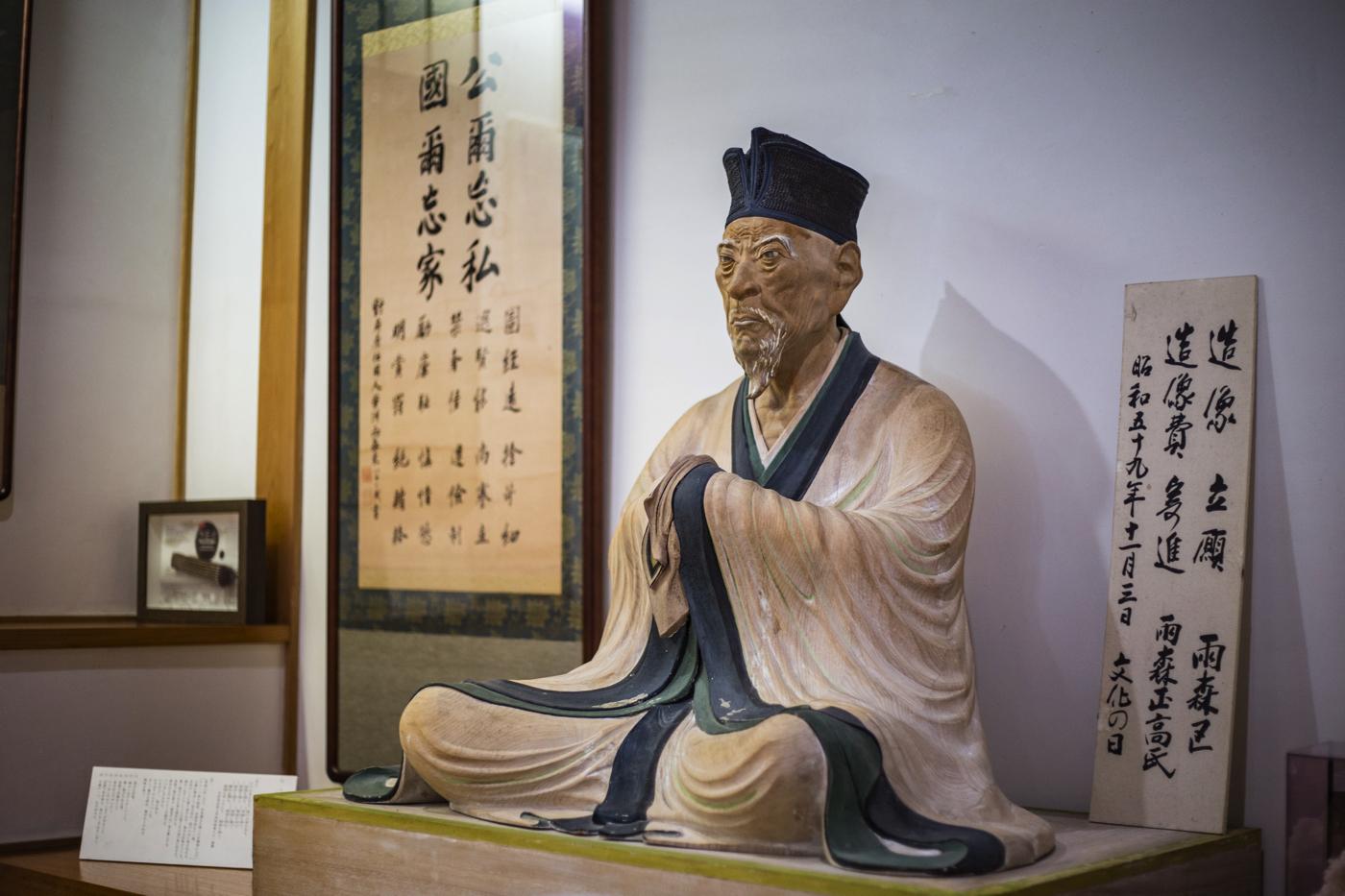 芳洲は朝鮮通信使が来日したとき、随行者として1711年と1719年の2回に同行し、善隣外交に貢献しました