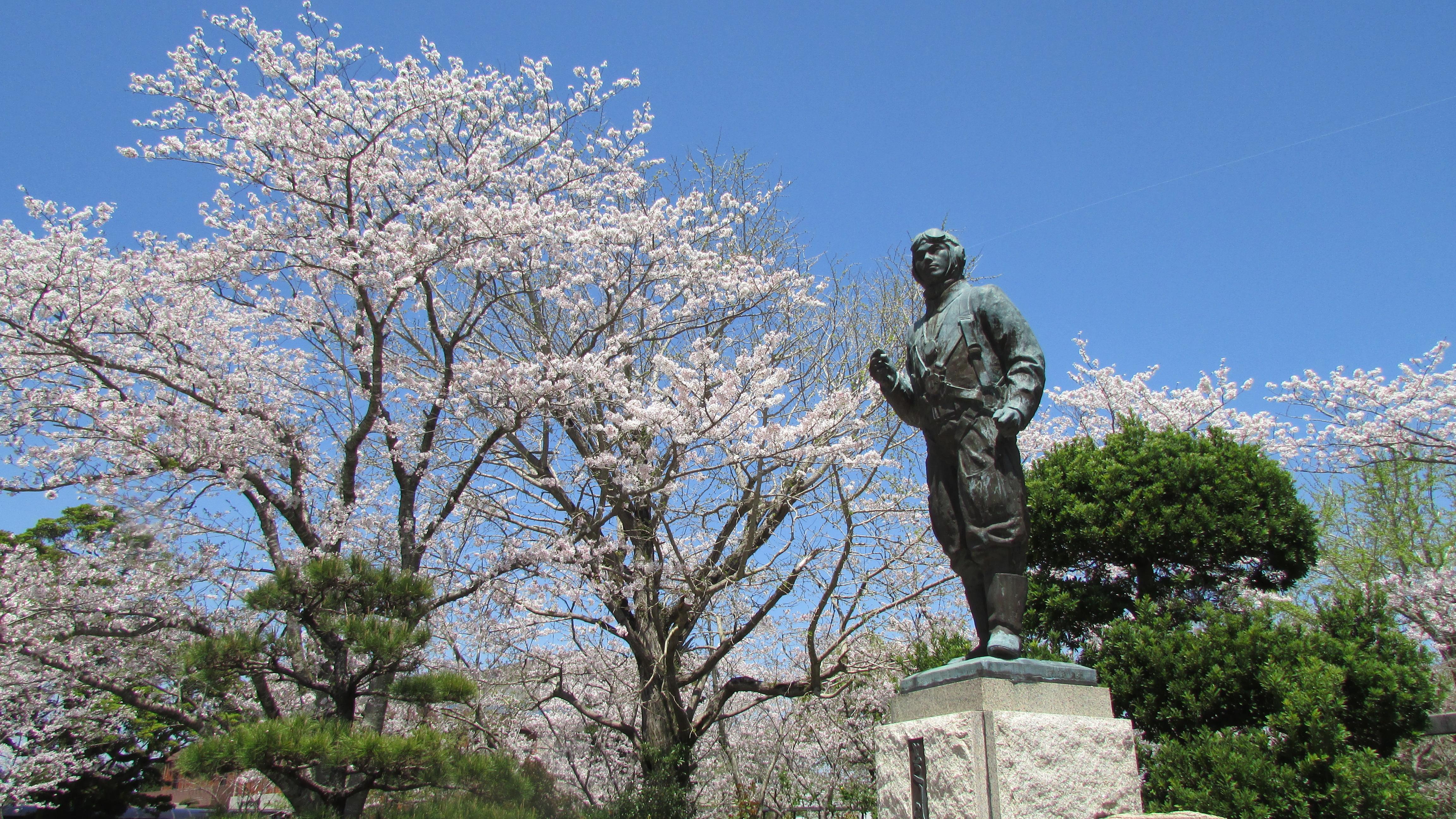 知覧特攻平和会館前の特攻隊員の像(提供:南九州市)