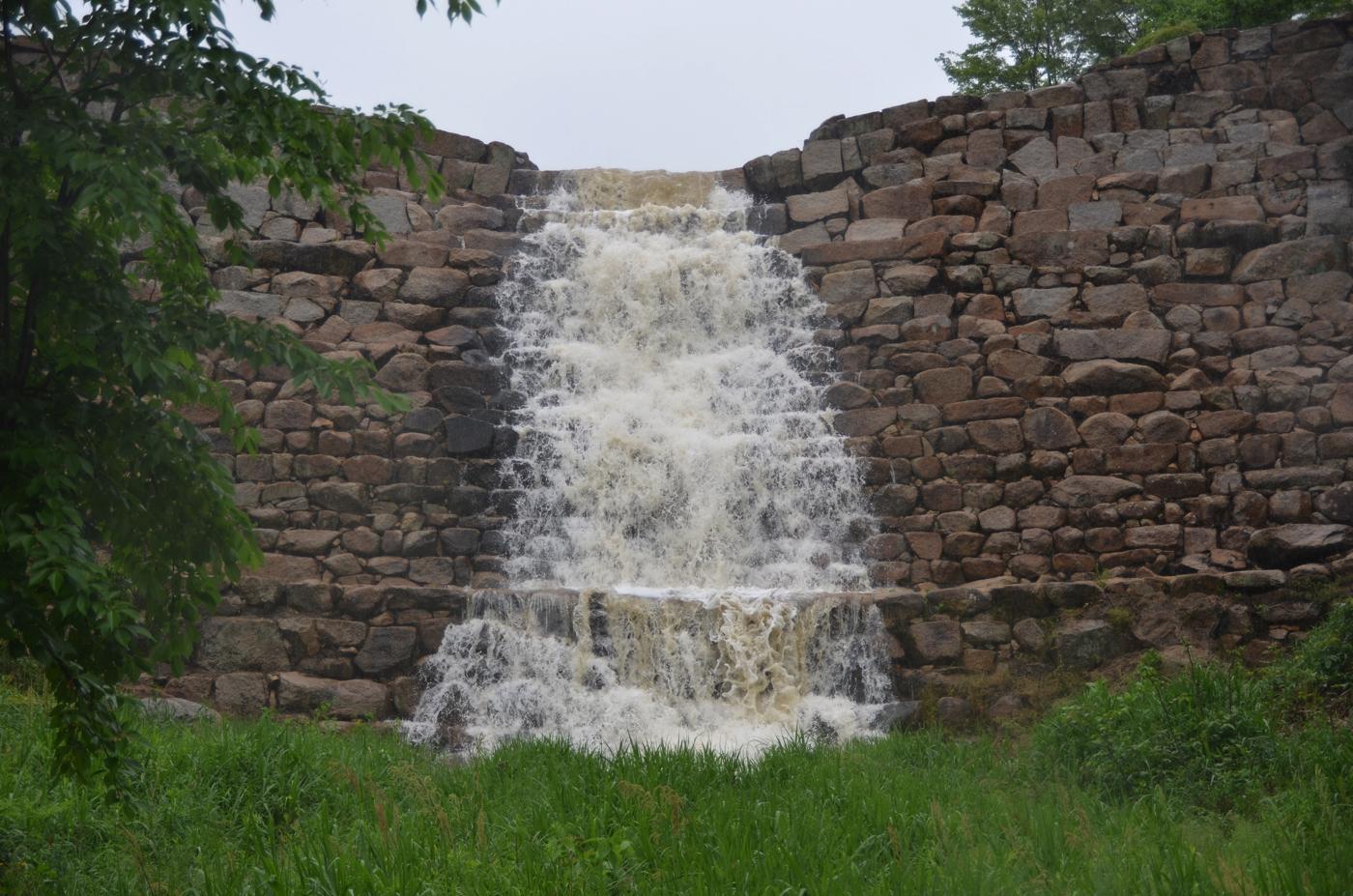砂留と呼ばれる江戸時代に作られた砂防ダム。御領山に眠っていた古墳群の石室から転用した石も多くあります