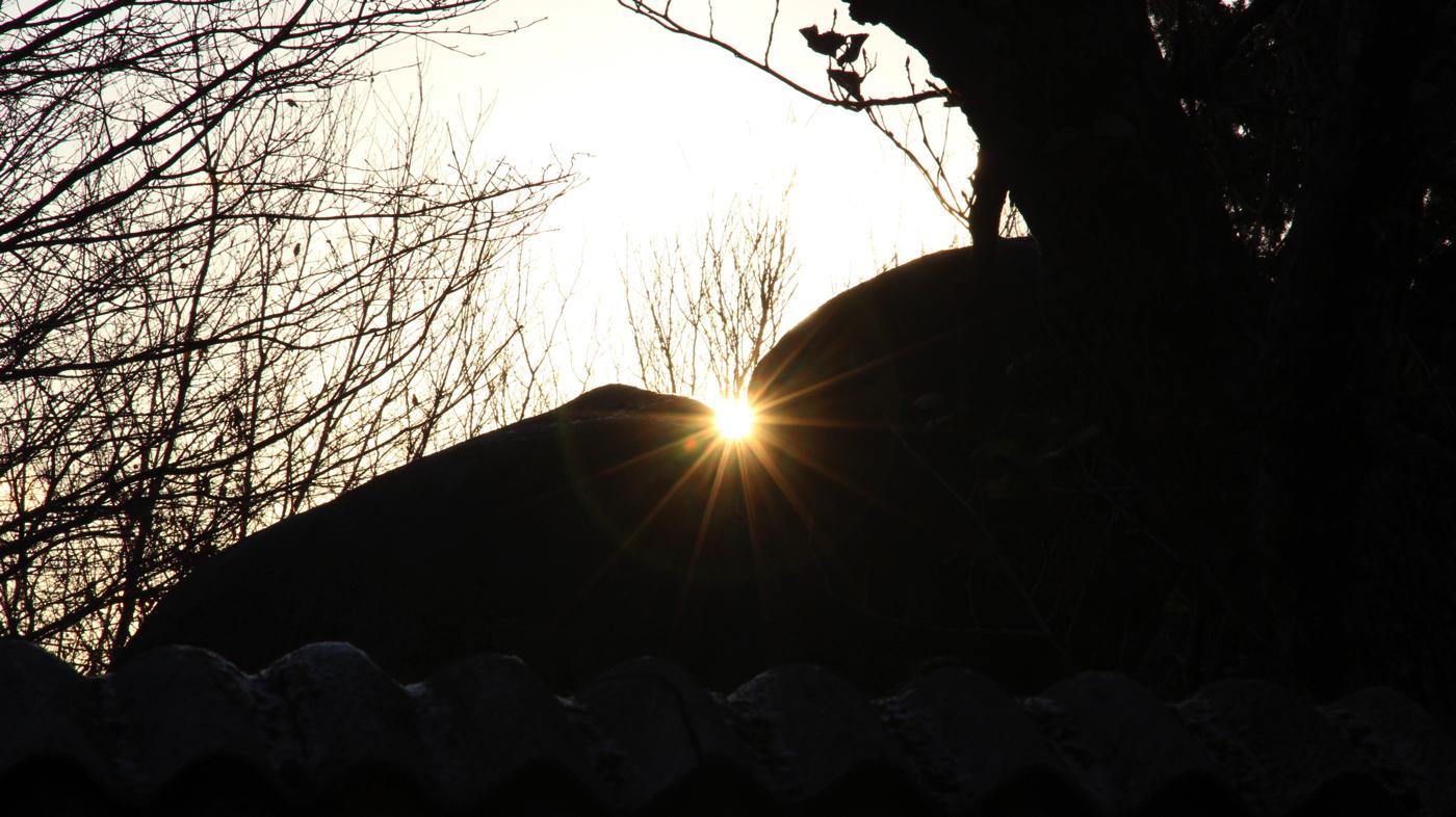 お月さん陰陽石の割れ目から冬至の朝日が昇る