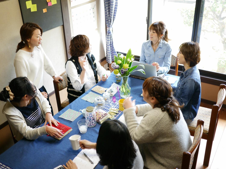 ママヒビハウスには小さなオフィスも併設。それぞれのアイデアを持ち寄ったり、気になるママの情報を共有したりのMTGです
