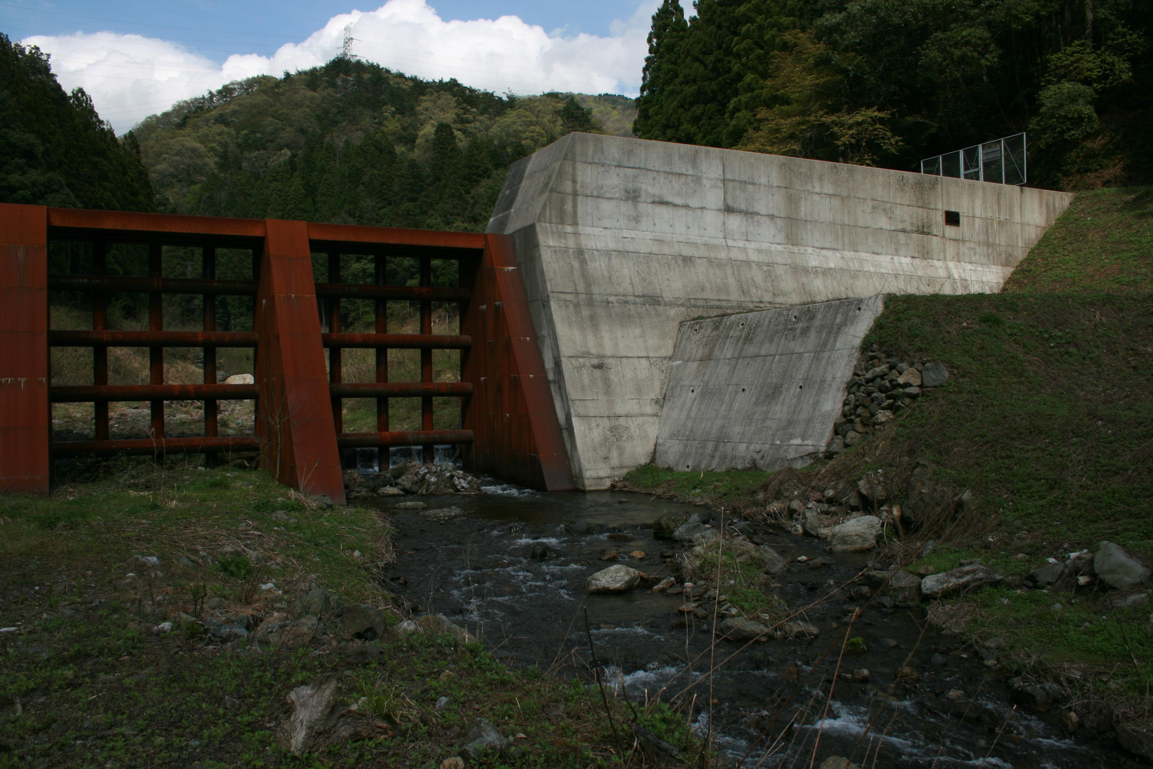 水生生物にやさしい穴あきダム