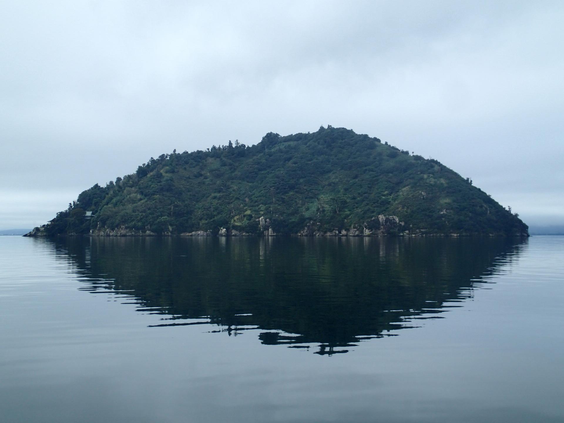琵琶湖八景「深緑 竹生島の沈影(ちんえい)」。湖に映る島の姿が美しい。