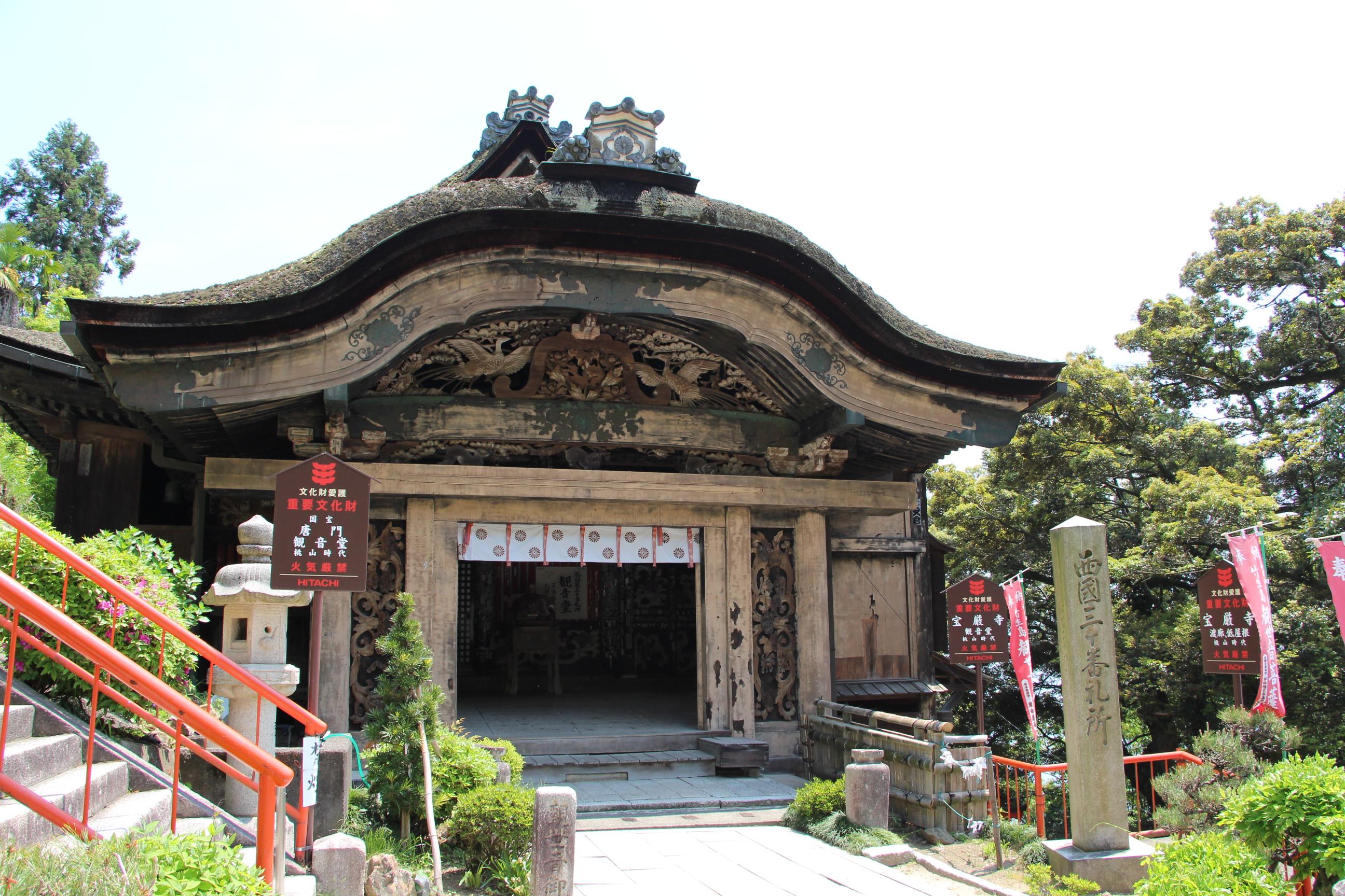 竹生島にある国宝「宝厳寺唐門」
