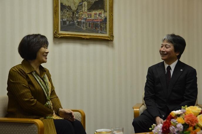 マンガ家「里中満智子」さんと田中市長の対談の様子