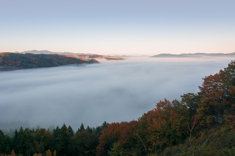まるで、湾に入り込む海水のよう見える雲海。1500万年前の「古秩父湾」がよみがえったよう。(浦山ダム付近より撮影)