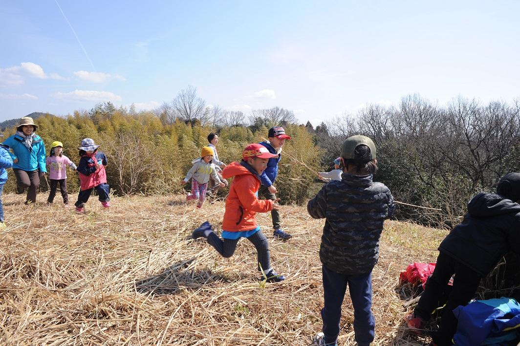 はじめは少しでも手や服が汚れると「拭いて」と大人たちに駆け寄っていた子どもたちが、みんな元気に泥だらけ、草だらけになって五感をフル回転して夢中で遊んでいます