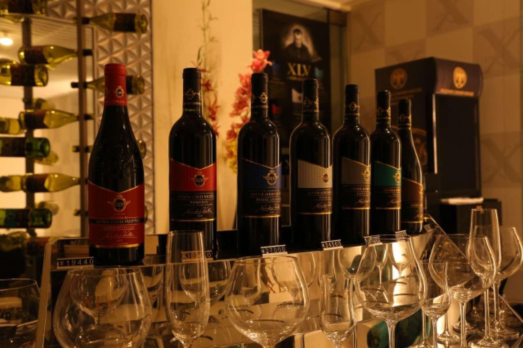 国内ではお目にかかれないザビエ・ルイ・ヴィトン氏プロデュースのワインをはじめ、ソムリエが厳選したワインを豊富に揃えています。また食材にもこだわっており、市場ではなく直接仕入れ。一流シェフが旬の京野菜や希少なブランド肉を使用し、美しい一皿に仕立てます。