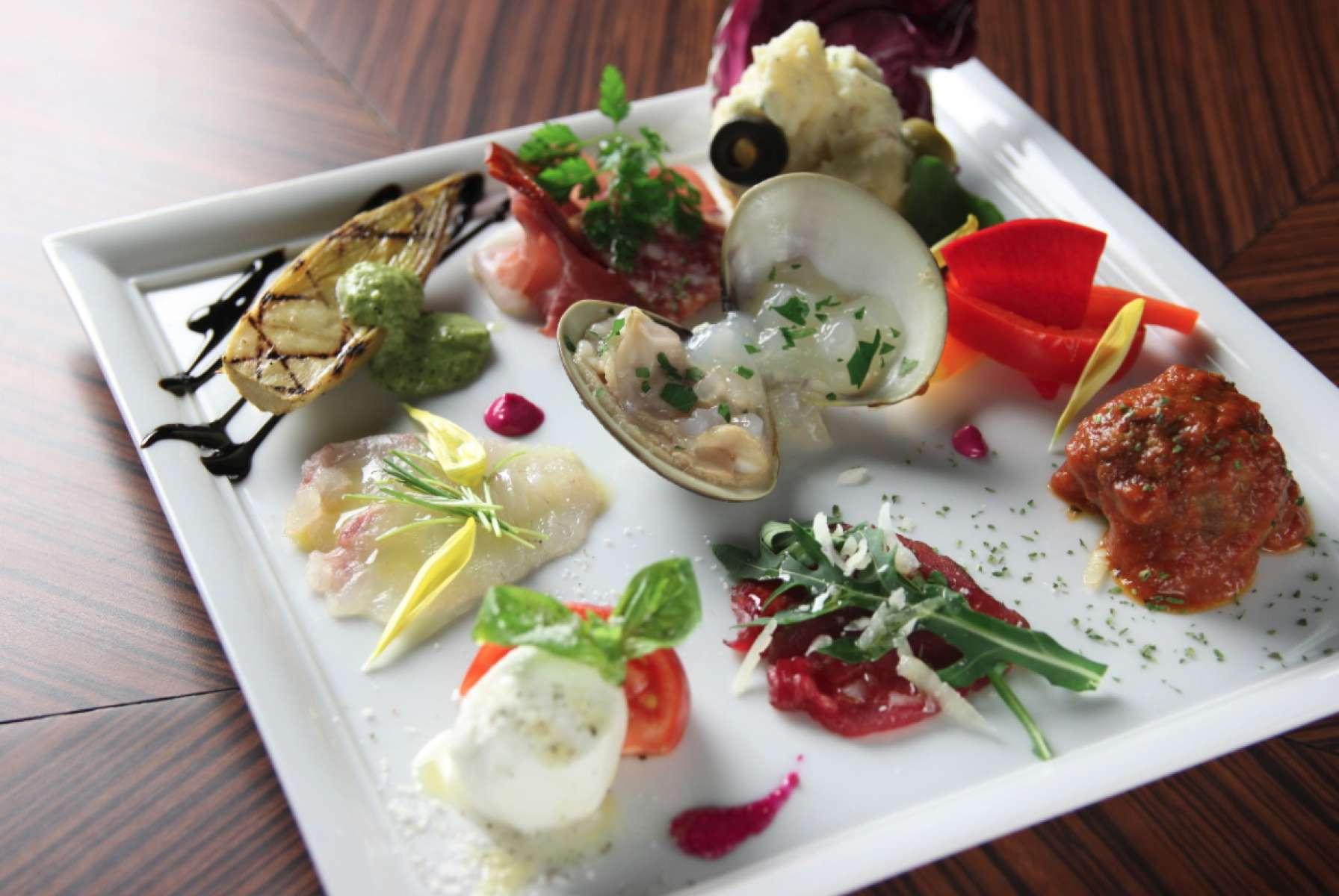 看板料理 当店こだわりの逸品  贅を尽くした食材で創出するイタリアンの世界。 一皿一皿にスタイルのある、エレガントなメニューをご堪能いただける特別コースです。