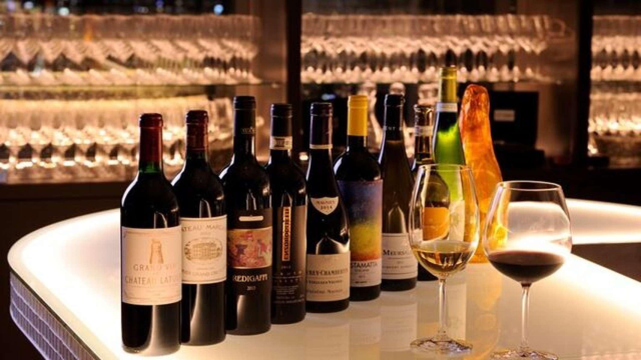 ワインは100種類以上のラインナップ お料理をおしゃれに引き立てるワインは、ワインセラーに常時100種類以上をご用意しております。 ソムリエにご相談いただければ、きっと好みのワインに出会えるでしょう。 ラグジュアリーな空間でワンランク上のマリアージュをどうぞ。