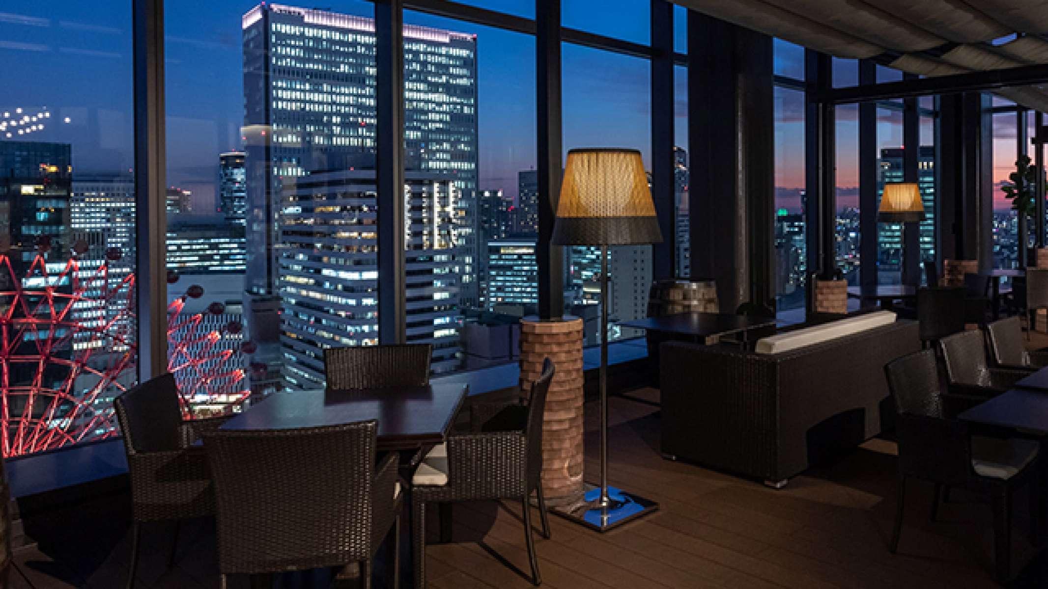 窓に広がる大阪・梅田の夜景 「リストランテ翔21」は、大阪・梅田の主要駅から徒歩で3〜7分以内にある梅田OITタワーの最上階21階。 優雅で広々としたクールモダンでシックな空間と、大きな窓一面に広がるロマンチックな夜景が、都会の喧騒を忘れた特別な時間を彩ります。