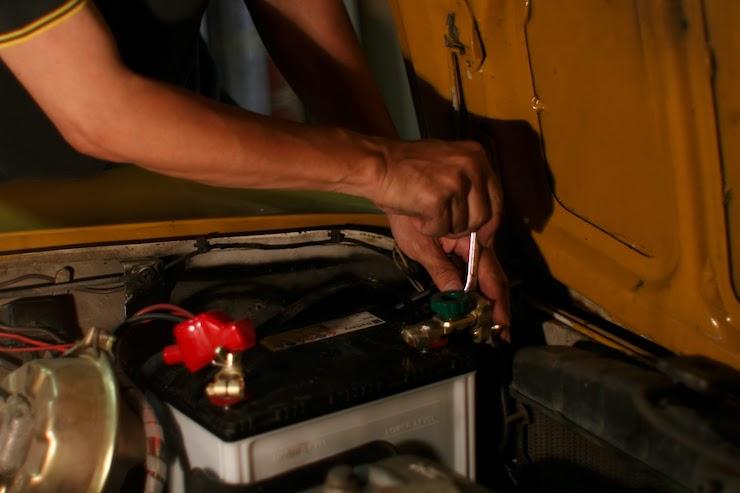 寿命?トラブル!?車のバッテリー交換の方法や金額ってどれくらい?