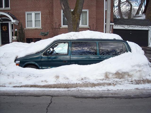 この冬こそは万全に!!春までは車内に積んでおきたい便利アイテム10選
