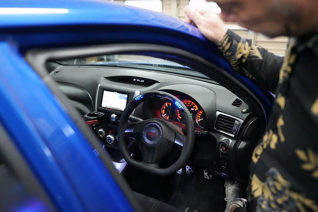 運転席が近未来的に!?LEDでレブリミットを教えてくれるDAMDのハンドル!
