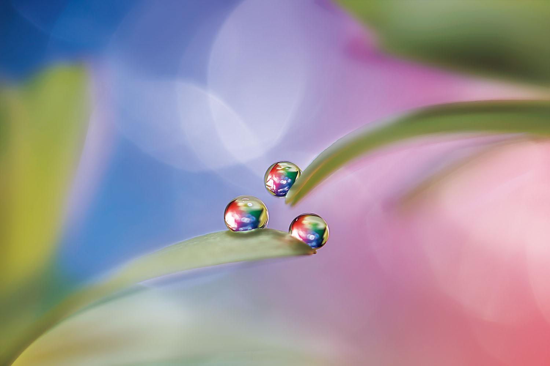 背景を工夫して虹色のしずくを作る