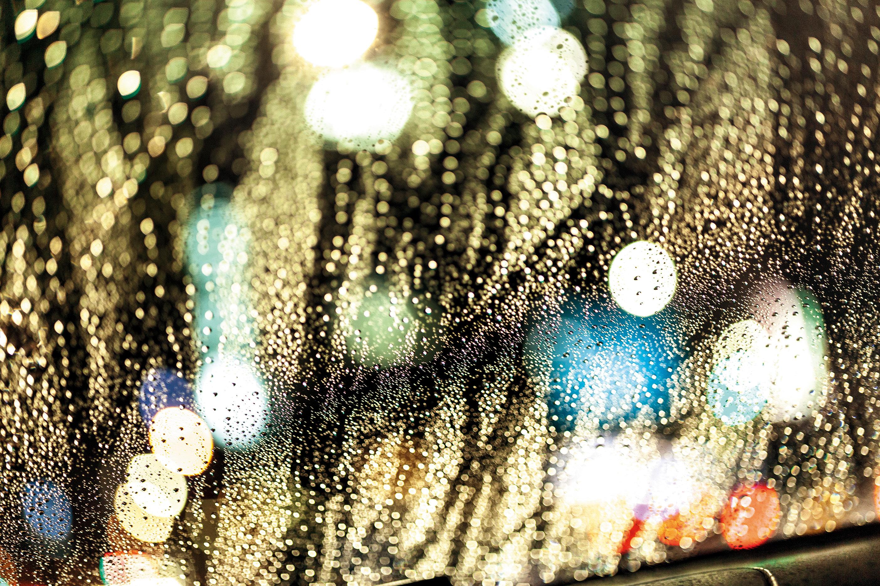 フロントガラスについた「雨粒」を光に透かして感情を表現する