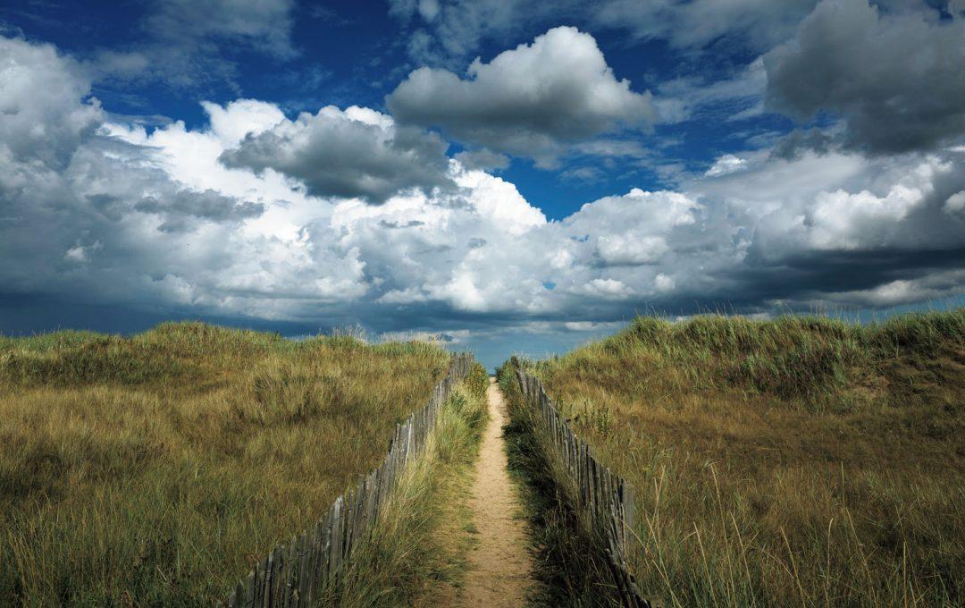 空の広がりと道の奥行きを表現する
