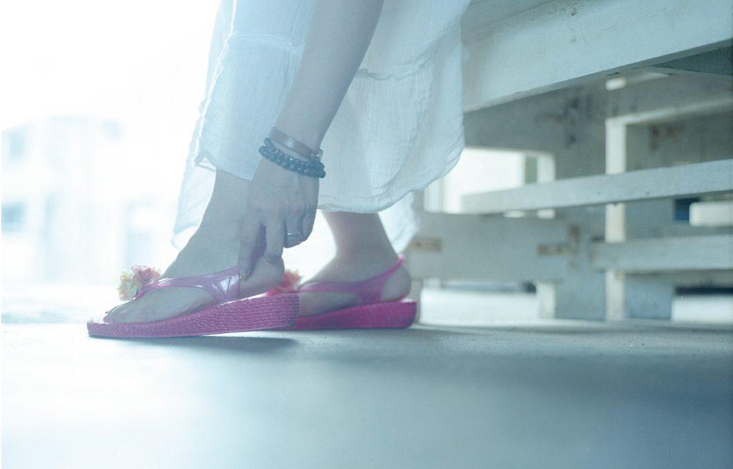 動と静、2つの状態で多様な表現ができる「靴」、そして床