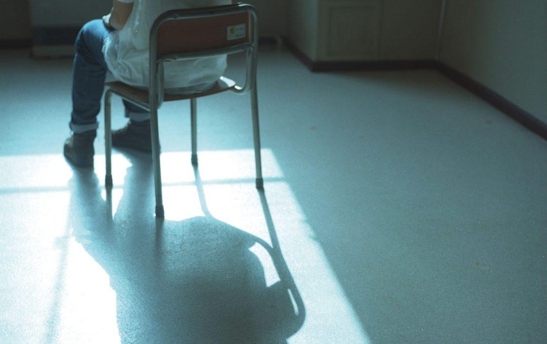 被写体の来歴を想像して、場所と「椅子」の関係性を写しとる