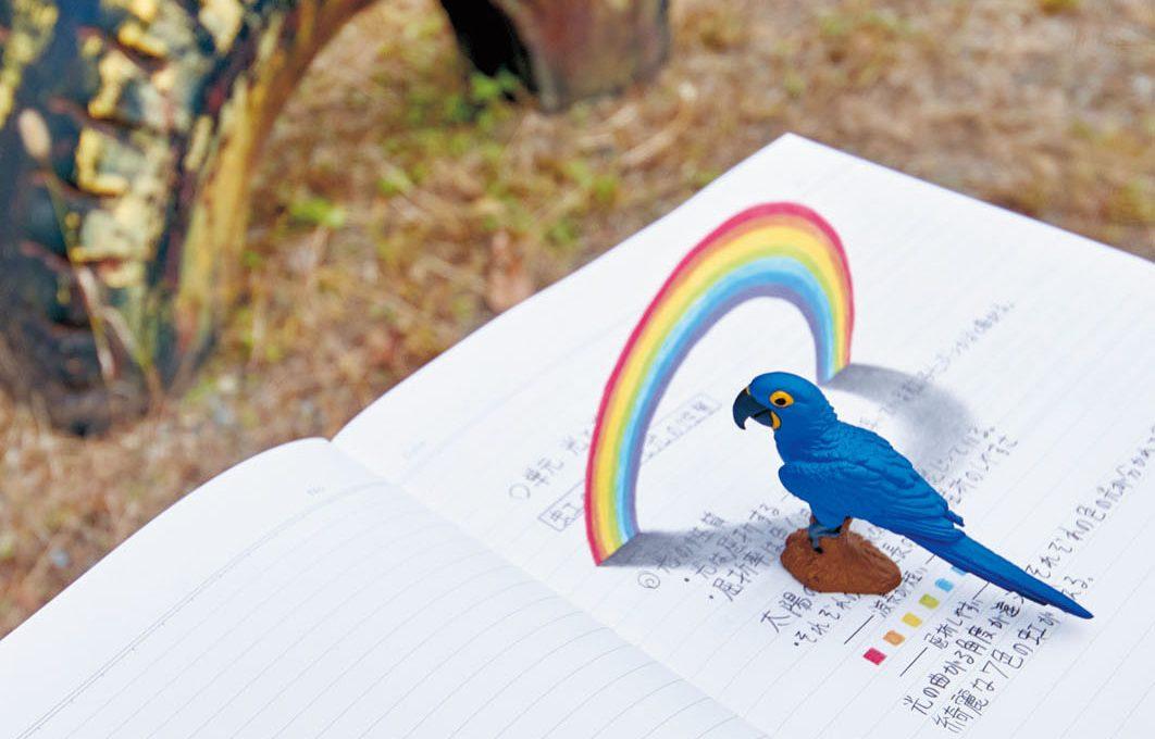 """どうみても立体に見える!ノートにかかる「虹」。MOZUの""""ラクガキ""""トリックアート"""