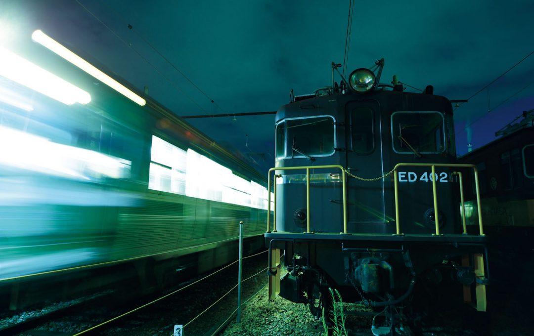 写真家 相原正明の夜の鉄道写真テクニック 夜闇に浮かび上がる新旧車両の対照