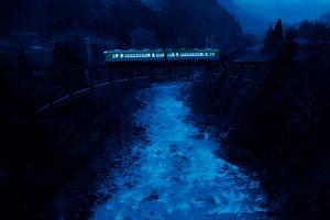 藍色の薄闇世界を駆ける列車