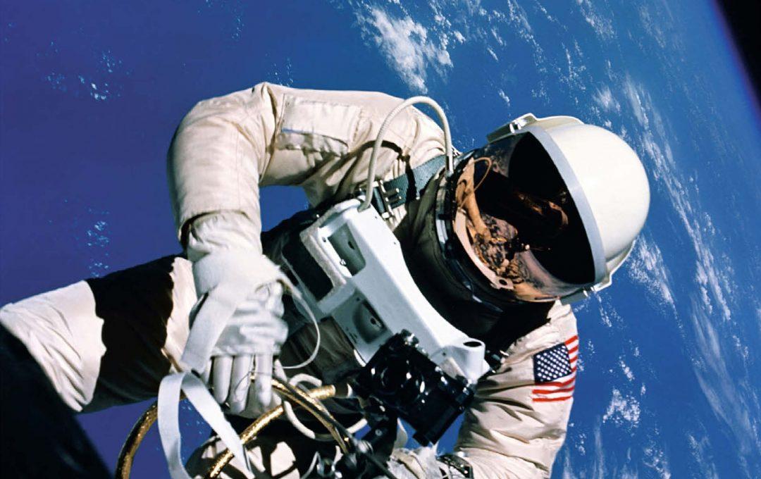 超絶美しい宇宙の記録・NASAがハッセルブラッドで撮った写真「MOONSHOTS 宇宙探査50年をとらえた奇跡の記録写真」