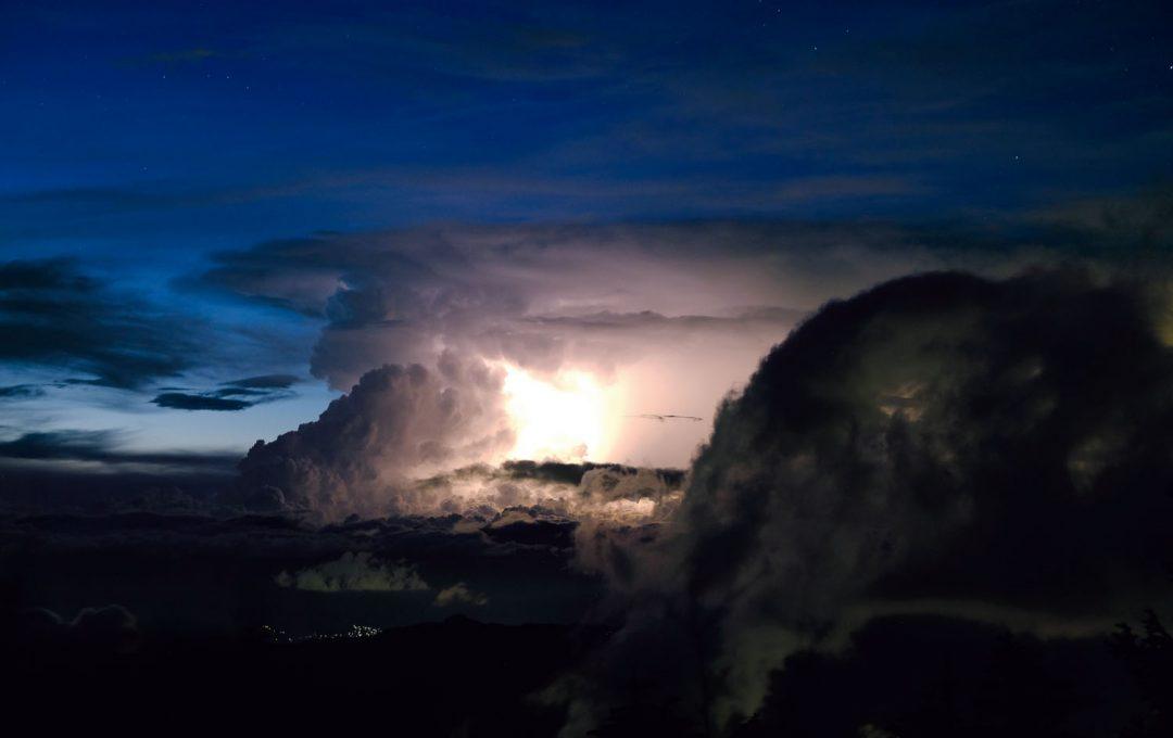 四季の空を撮る!「雷雲」の位置・形を記録しておきたいなら日没直後が狙い目