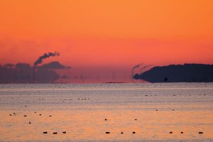 「四季の空を撮る・不思議な空」煙突や船が水平線上に浮かんで見える「浮島現象」