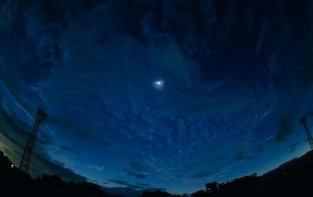 「皆既日食」の撮り方。露出を変えて複数枚が基本。周囲の風景にも注目