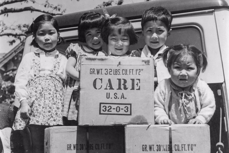 第二次世界大戦後、CAREパッケージを受け取った日本の子どもたち