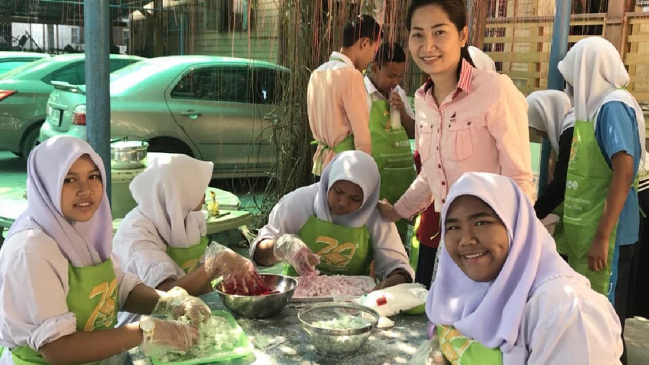 ハーブフライドチキンやお菓子の販売準備をする生徒たち