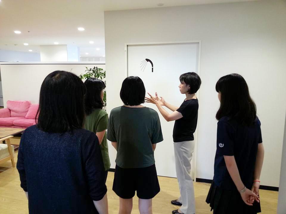 横浜市の児童養護施設の中高生が介護の仕事を見学しました