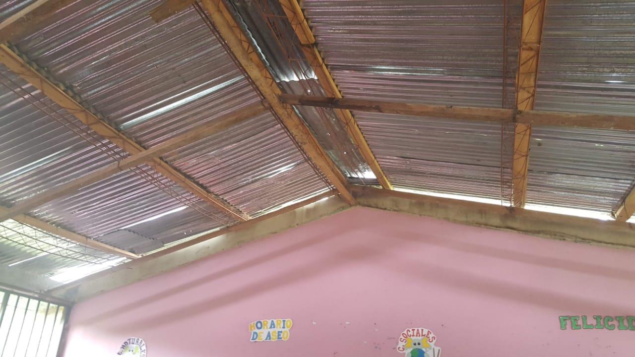 ハリケーン後の小学校の屋根