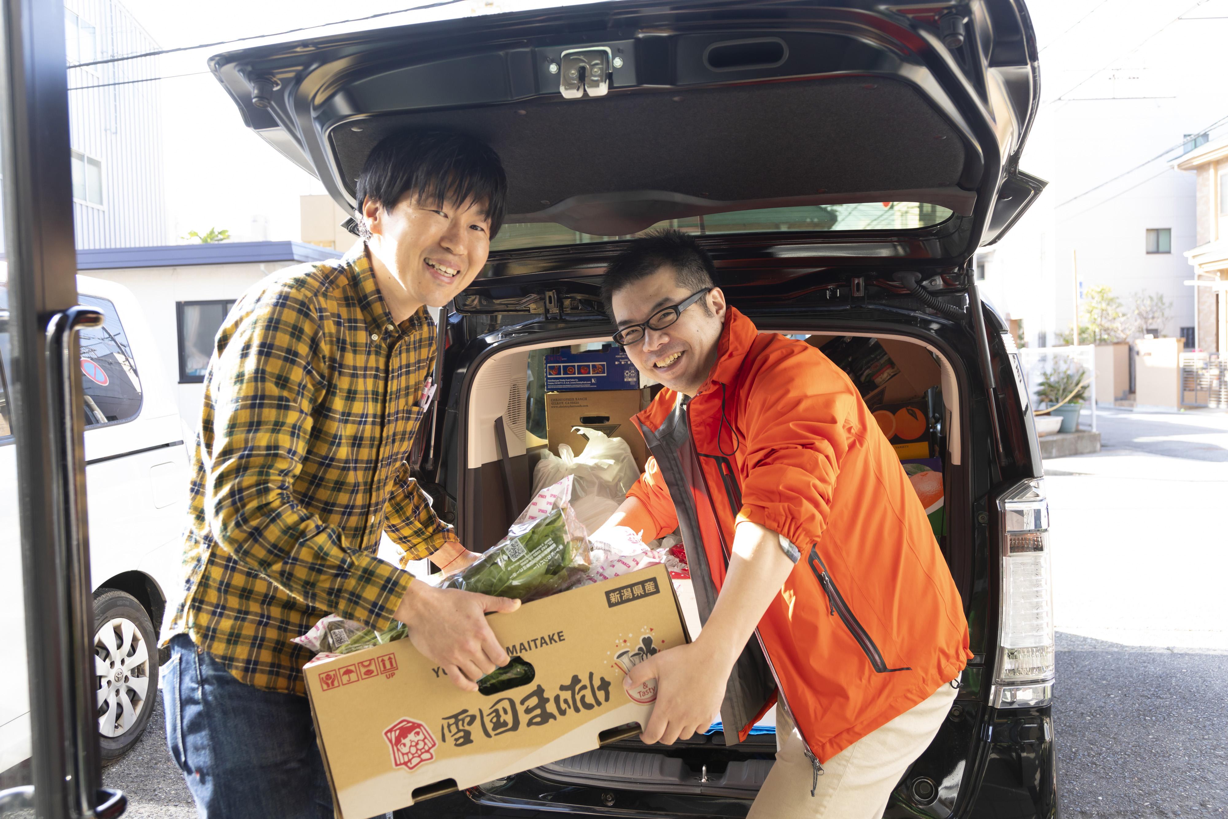 ボランティアが大型量販店からパン野菜果物を引き取って事務所に搬入。