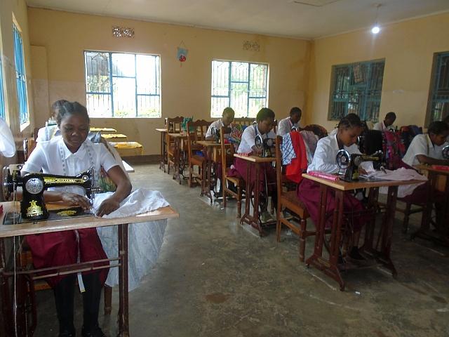 裁縫教室で学ぶ生徒たち。彼女たちの悩み事や意見に耳を傾けるのも大切な仕事です
