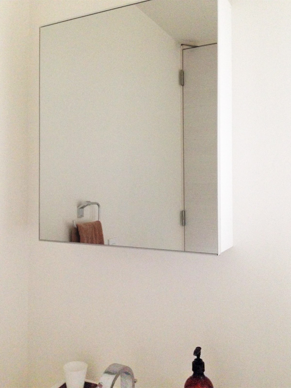 H樣 洗面台キャビネットの扉鏡の交換